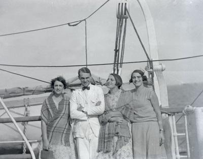 Isabel, Pedrito, Delia y Emma Figari en una embarcación
