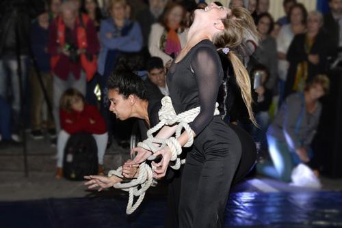Mujeres vestidas de negro atadas con cuerdas