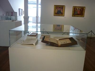 Carpeta para la guarda de planchas de sellos. Estuches para libros y soportes para exhibición.