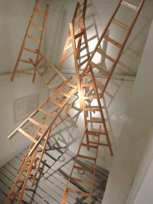 Instalación con escaleras de madera
