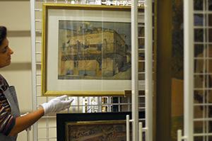 Lic. Alicia Barreto, conservadora del Museo Figari, en el depósito de obra.