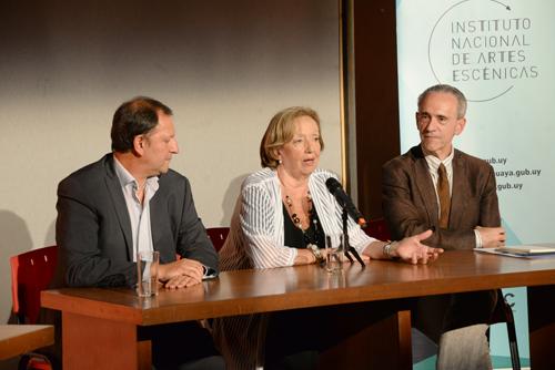 Autoridades brindando conferencia