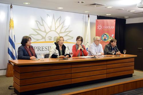 autoridades en la mesa de oradores