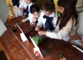 Niños mirando la muestra