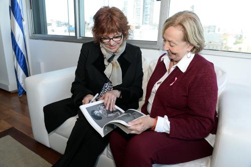 La ministra Muñoz y Rossetto sentadas en un sofá
