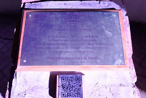 Placa homenaje a Óscar Lebel.