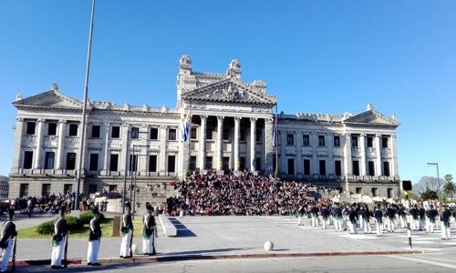 Fachada del Palacio Legislativo con gente en la escalinata.