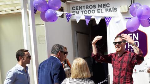 Hombre invitando a entrar al Centro MEC