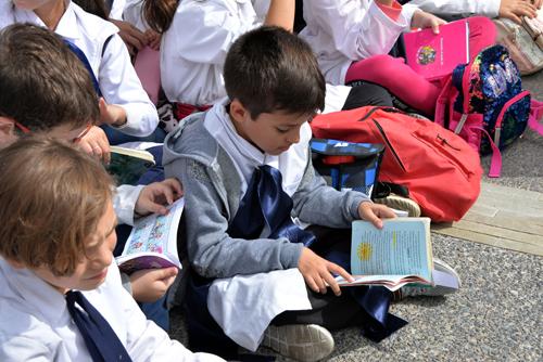 Escolares leyendo