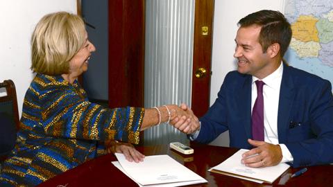 Ministra y embajador de Finlandia
