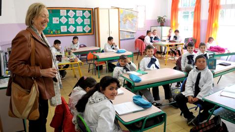 ministra con niños en una escuela