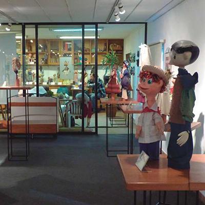 interior del museo, se ven títeres de diversos tamaños