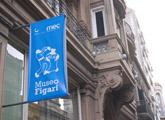 fachada con banner
