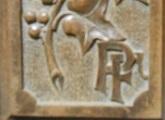 Detalle de caja de madera con iniciales de Pedro Figari