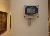 imagen de un Data Loguer instalado en la sala de exposiciones