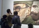 Espectadores observando tapiz de Jorge Sosa