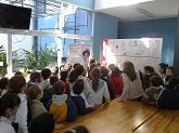 alumnos escuchando la charla