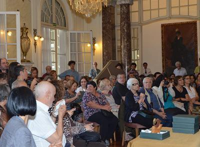 salón del museo de artes decorativas lleno de gente durante la ceremonia