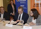 El ministro Ehrlich firmando convenio