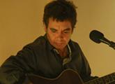 Cabrera tocando en el museo Figari