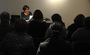 """Inés Moreno en su conferencia """"Figari y las vanguardias latinoamericanas""""."""