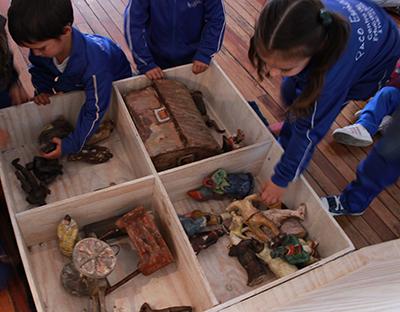 niños jugando con esculturas realizadas por Cecilia Matos