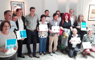 Director de la Dirección Nacional de Cultura, Sergio Mautone y representantes de los museos recibiendo la certificación.